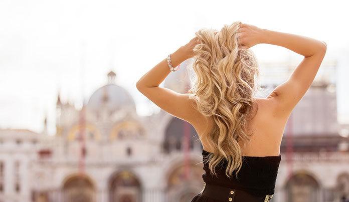 Jaką koloryzację wybrać, by zachować miękkie i lśniące włosy?