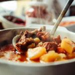 Sycący gulasz z indyka dla wielbicieli mięsnych obiadów